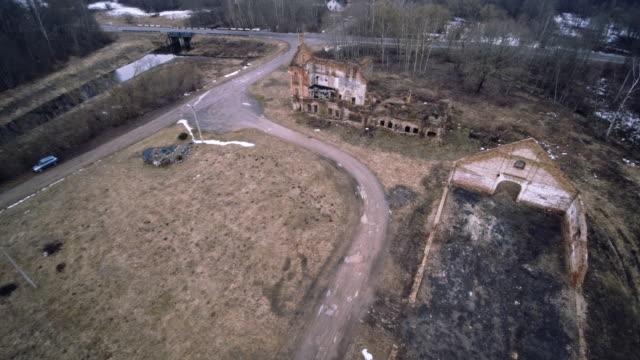 vídeos de stock, filmes e b-roll de filmagem aérea zangão do velho arruinado edifício industrial na shemetovo cidade, bielorrússia, europa de leste - tijolo material de construção