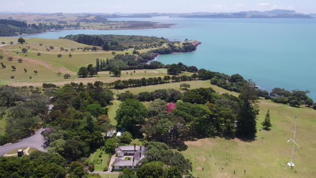 vidéos et rushes de aerial drone footage of the treaty house at waitangi treaty grounds, bay of islands, new zealand. - bay of islands nouvelle zélande