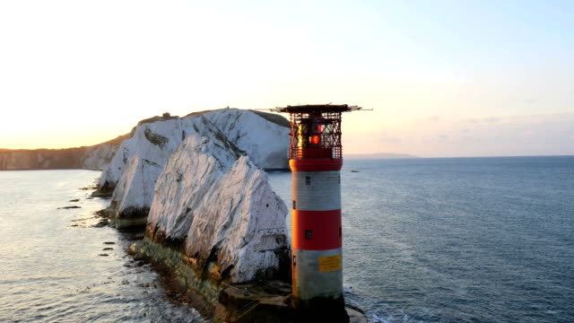 aerial drone isle of wight needles alum bay - kreidefelsen stock-videos und b-roll-filmmaterial