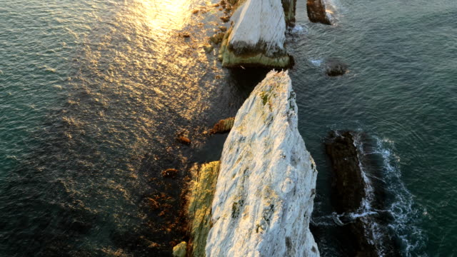 aerial drone isle of wight needles coastline channel - kreidefelsen stock-videos und b-roll-filmmaterial