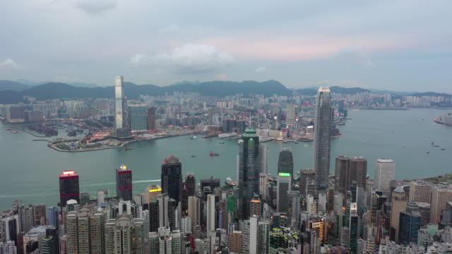 vidéos et rushes de film aérien de drone volant au-dessus des gratte-ciel et de la baie au pic de victoria, hong kong - victoria peak