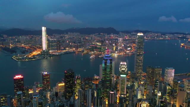 aerial drone movie fliegt über die wolkenkratzer und die bucht am victoria peak, hongkong - dschunke stock-videos und b-roll-filmmaterial