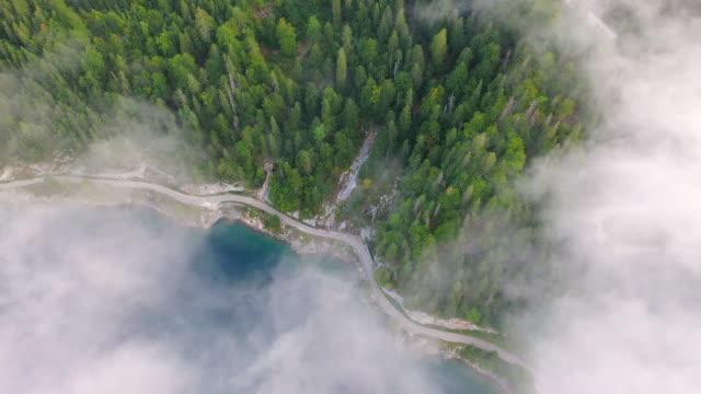 aerial drone movie of sunrise scene mit morgennebel rund um den gosauseensee, herrlicher morgenblick auf die österreichischen alpen, oberösterreich, europa - österreich stock-videos und b-roll-filmmaterial