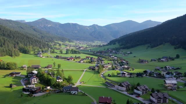 ハルシュタット村、オーストリアアルプス、オーストリア上部、ヨーロッパ周辺の村、山と湖の空中ドローン映画 - アッパーオーストリア点の映像素材/bロール