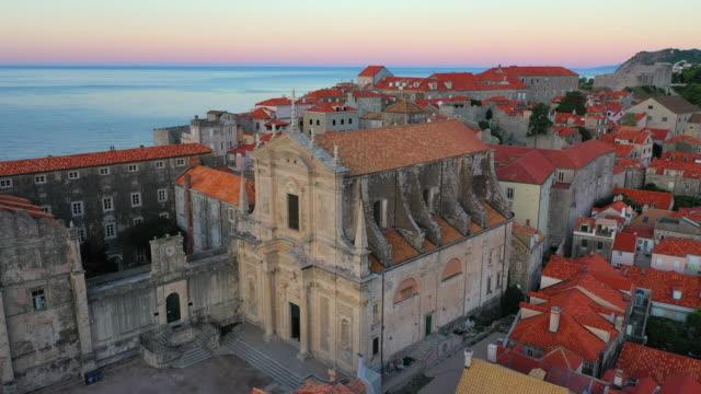 地中海、クロアチア南部のドゥブロヴニク旧市街の空中ドローン映画日の出シーン。 ドゥブロヴニクはユネスコの世界遺産に登録されました。 - 社会史点の映像素材/bロール