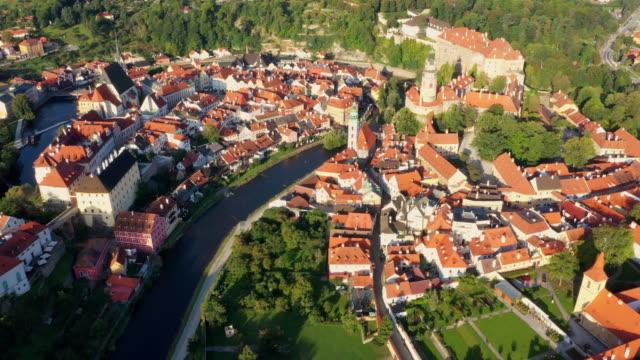 stockvideo's en b-roll-footage met luchtfoto drone film sunrise scène oude binnenstad van cesky krumlov, zuid-bohemen, tsjechië - tsjechische cultuur