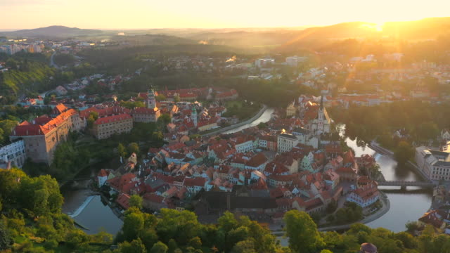 vídeos de stock e filmes b-roll de aerial drone movie sunrise scene old town of cesky krumlov,  south bohemia, czech republic - república checa