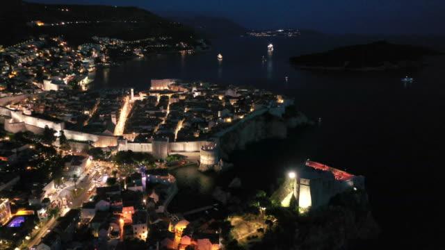 stockvideo's en b-roll-footage met luchtfoto drone film zonsondergang scène van dubrovnik oude stad in de middellandse zee, zuid-kroatië.  dubrovnik sloot zich aan bij de unesco-lijst van werelderfgoedlocaties. - kroatië