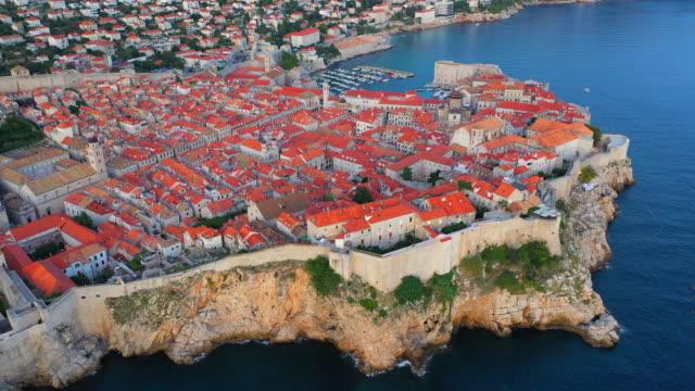 stockvideo's en b-roll-footage met aerial drone movie sunset scene van dubrovnik oude stad in de middellandse zee, zuid-kroatië.  dubrovnik is toegetreden tot de unesco-lijst van werelderfgoedlocaties. - fort