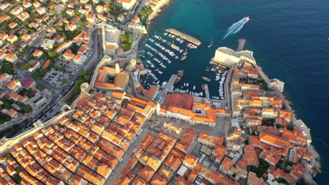 地中海、南クロアチアのドゥブロヴニク旧市街の空中ドローン映画サンセットシーン。 ドゥブロヴニクはユネスコ世界遺産に登録されました。 - 地中海点の映像素材/bロール