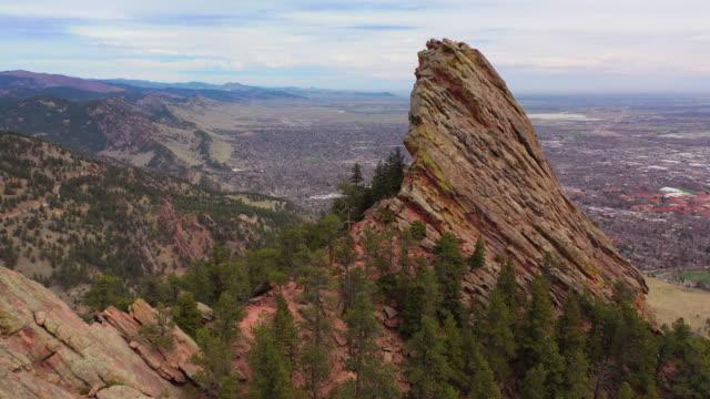 vídeos de stock, filmes e b-roll de aerial: drone moving over rocky mountain by city against sky - boulder, colorado - boulder city