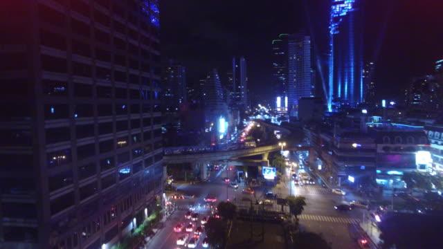 vídeos de stock e filmes b-roll de aerial drone of bts skytrain on naradhiwas rajanagarindra road in silom area of bangkok - comboio elevado