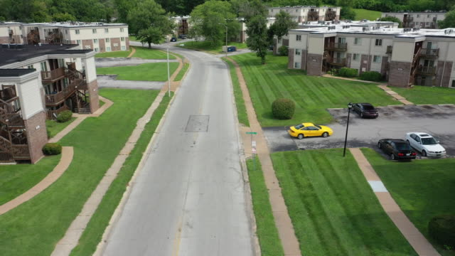 vídeos de stock e filmes b-roll de aerial drone over the location where michael brown was fatally shot on canfield drive in ferguson missouri - aerial or drone pov or scenics or nature or cityscape
