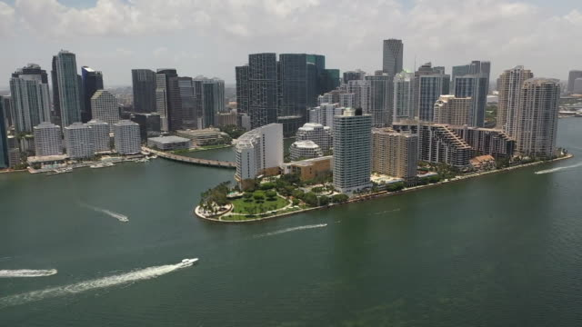 vídeos de stock e filmes b-roll de aerial drone panoramic shot of downtown miami in florida - aerial or drone pov or scenics or nature or cityscape