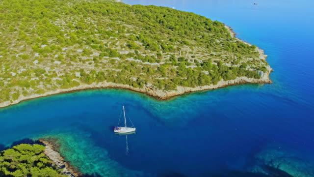 4K Aerial Drone Sicht Segelboot in ruhigen, sonnigen Bucht, Real-time