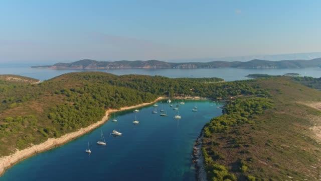 4 k 空中ドローンの視点ヨット係留、日当たりの良い静かな湾、リアルタイムで - stationary点の映像素材/bロール