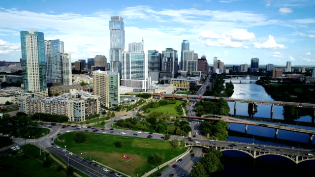 vídeos de stock e filmes b-roll de aerial drone shot backing away from the new big city skyline cityscape of austin , texas , usa over town lake - town