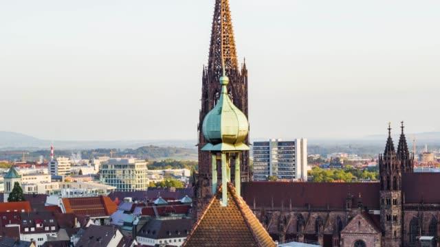 luftdrohne in der nähe einer altstadt mit gotischer kirche in der nähe von freiburg erschossen - hd format stock-videos und b-roll-filmmaterial
