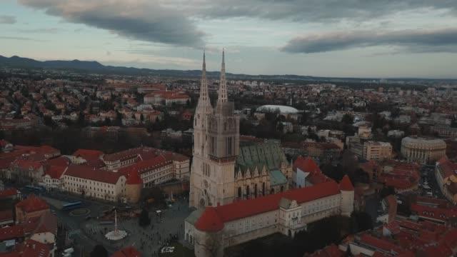 stockvideo's en b-roll-footage met luchtfoto drone shot van een kerk in het centrum van zagreb, kroatië - kroatië