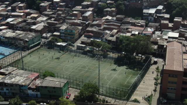 vídeos de stock e filmes b-roll de aerial drone shot of a football field in a colombian city - colômbia