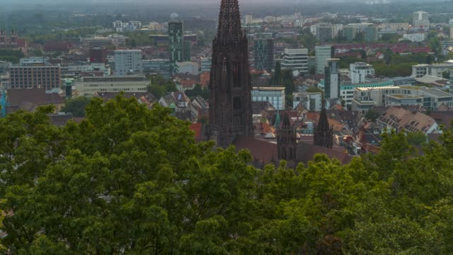 夕暮れ時のフライブルクドイツのゴシック様式の教会の空中ドローンショット - ドイツ点の映像素材/bロール