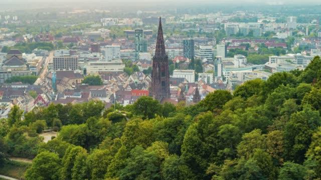 夕暮れ時のフライブルクドイツのゴシック様式の教会の空中ドローンショット