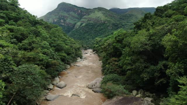 vídeos y material grabado en eventos de stock de disparo aéreo de un río en un valle en colombia - colombia