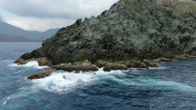 vídeos y material grabado en eventos de stock de disparo aéreo de drones de una península rocosa en la costa de columbia - península