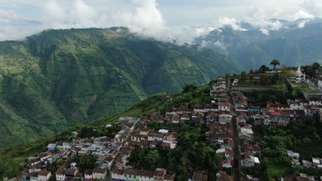 stockvideo's en b-roll-footage met lucht drone shot van een klein colombiaans dorp op een bergtop - colombia land