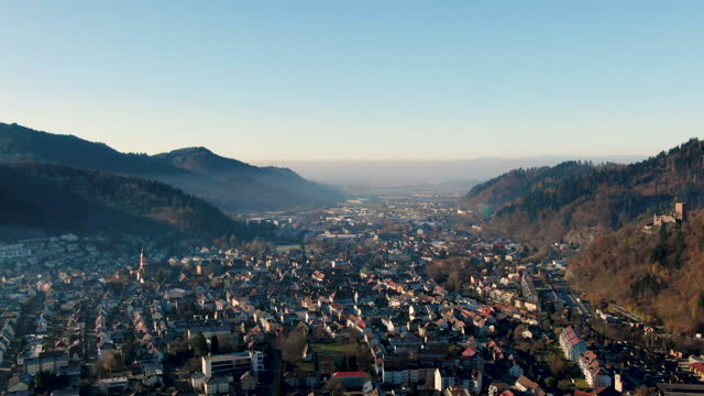 vídeos y material grabado en eventos de stock de aerial drone shot of a small german town surrounded by mountains on a cloudless sunny day - baden wurttemberg