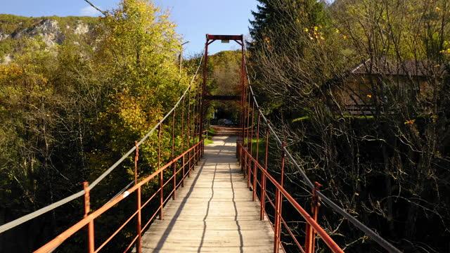 vídeos y material grabado en eventos de stock de aerial: drone shot of bridge amidst trees during sunny day - una national park, bosnia and herzegovina - puente colgante