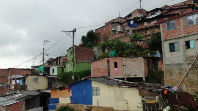 vídeos de stock, filmes e b-roll de drone aéreo disparado de comunas em columbia - vista da cidade