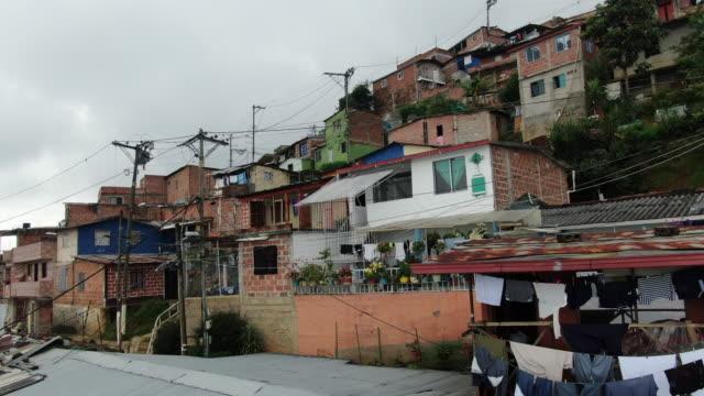 コロンビアのコムナスの空中ドローンショット - 物干し点の映像素材/bロール