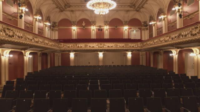 vídeos de stock e filmes b-roll de aerial drone shot of empty seats in the ravensburg konzerthaus - edifício de teatro