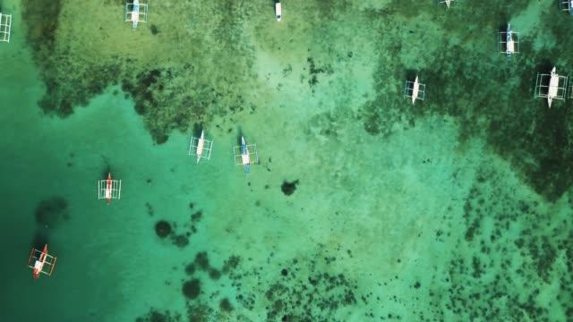 vidéos et rushes de tir de drone aérien de bateaux philippins, palawan, philippines - philippines
