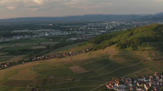日没時のシュヴァルツヴァルトドイツの森林と丘の空中ドローンショット - バーデン・ビュルテンベルク州点の映像素材/bロール