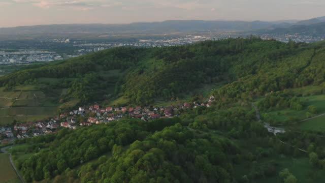 日没時のシュヴァルツヴァルトドイツの森林と丘の空中ドローンショット - シュバルツバルト点の映像素材/bロール