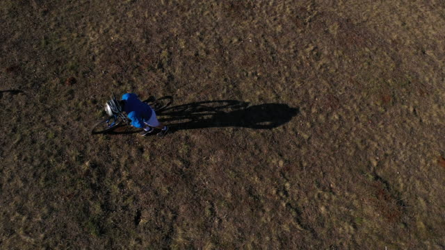 aerial drone shot of mountain biker descending a mountain bike trail - 25 29 years stock videos & royalty-free footage