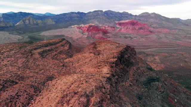 stockvideo's en b-roll-footage met luchtfoto drone schot van red rock canyon national conservation area en quarry naast las vegas, nevada - ijzer
