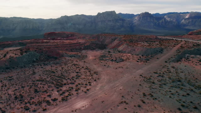 vidéos et rushes de tir de drone aérien de red rock canyon national conservation area et des carrières à côté de las vegas, nevada - red rocks