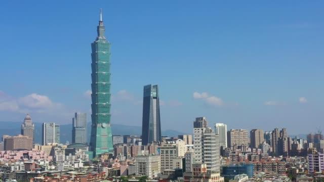 vídeos y material grabado en eventos de stock de disparo aéreo con drones de taipei durante el día. paisaje de la ciudad de taiwán para la atracción turística y los viajes - taipei 101