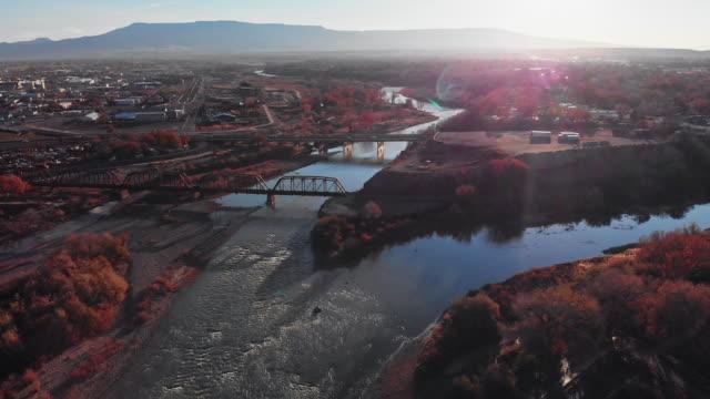 vídeos de stock, filmes e b-roll de drone aerial shot da confluência dos rios de gunnison, no meio da cidade de grand junction, colorado no outono com mt. garfield e o grande mesa ao fundo e colorado (reunião) - gunnison