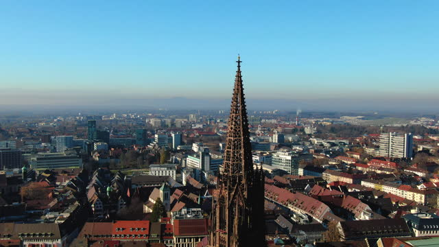 vídeos y material grabado en eventos de stock de aerial drone shot of the german city of freiburg with prominent church steeple on a sunny day - baden wurttemberg