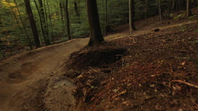 luft-drohnenaufnahme von zwei mountainbikern beim abstieg eines mountainbike-trails - schotterstrecke stock-videos und b-roll-filmmaterial
