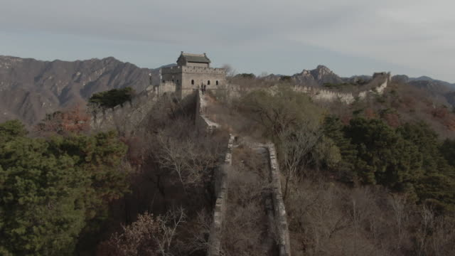vídeos de stock e filmes b-roll de aerial drone shot over the great wall of china in beijing china - aerial or drone pov or scenics or nature or cityscape