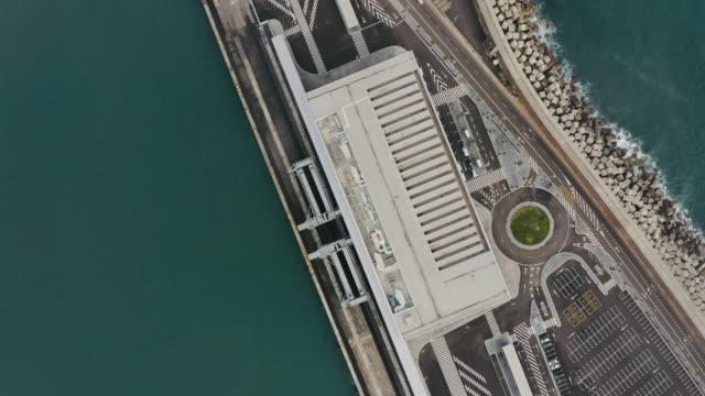 vídeos de stock e filmes b-roll de aerial drone shot port - kent inglaterra