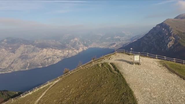 scatto drone aereo che rivela il lago di garda - lake video stock e b–roll