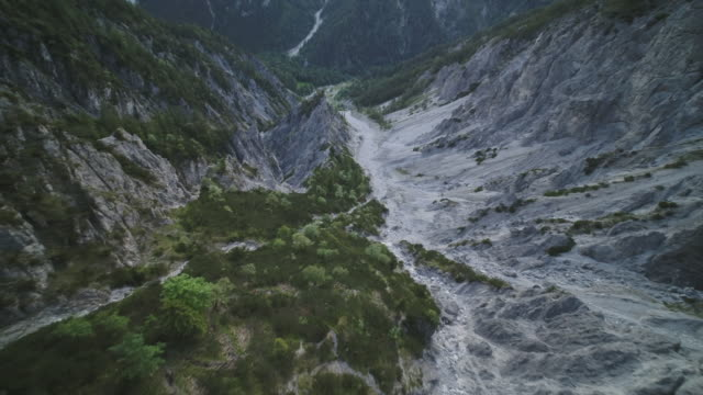 aerial drone shot through a grey mountainside - bergskedja bildbanksvideor och videomaterial från bakom kulisserna