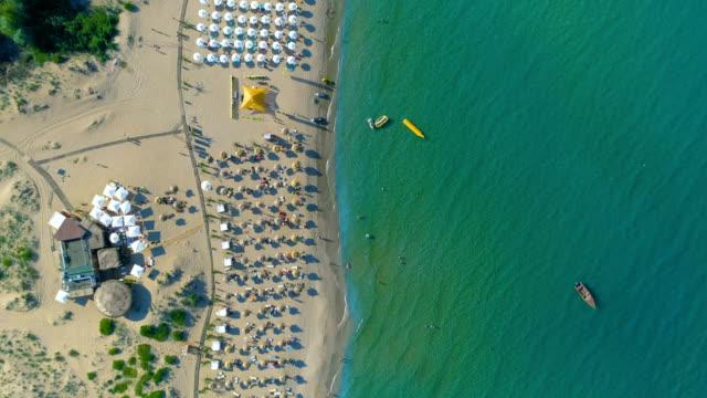 vidéos et rushes de drone aérien tourné top-down vue d'une eau de mer - bulgarie