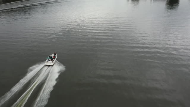 vídeos de stock e filmes b-roll de aerial drone tracking shot of boat on lake hopatcong new jersey - aerial or drone pov or scenics or nature or cityscape